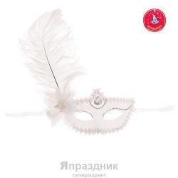 Карнавал маска белая с цветком большое перо 10*18