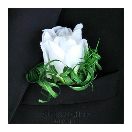 Бутоньерка but-59 белая роза с мелкими цветочками
